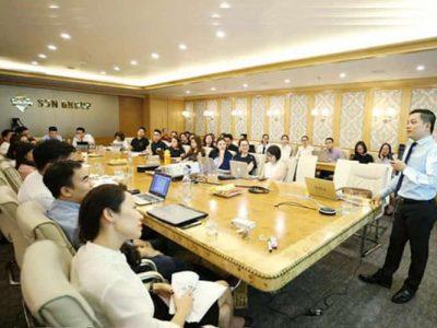Chuyên gia Nguyễn Ngoan trong buổi đào tạo tại Sun Group.