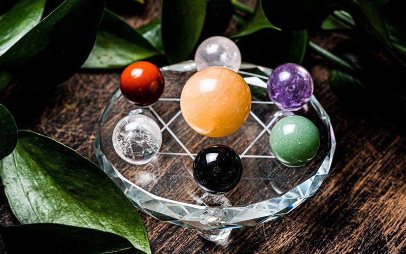 Mỗi quả cầu phong thủy với màu sắc khác nhau sẽ phù hợp với mệnh chủ nhân nhất định.